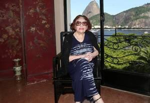 Bibi Ferreira, em casa, com um dos sapatos que a deixam 15 centímetros mais alta Foto: Marcos Ramos / Agência O Globo