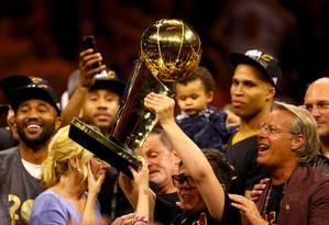 Nick Gilbert com o troféu de campeão da NBA após a vitória do Cleveland Cavaliers sobre o Golden State Warriors Foto: EZRA SHAW / AFP