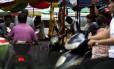 Cachorros assados são expostos à venda no festival de Yulin, na China