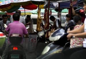 Cachorros assados são expostos à venda no festival de Yulin, na China Foto: Andy Wong / AP