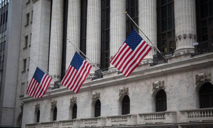 Bandeiras americanas na sede da Bolsa de Nova York: Estados Unidos lideraram a lista dos países que mais receberam investimento estrangeiro direto em 2015. Foto: Michael Nagle/Bloomberg
