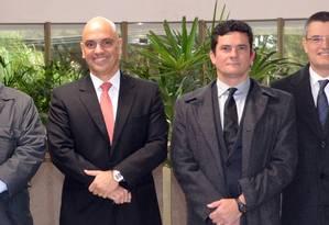 O ministro da Justiça, Alexandre de Moraes, ao lado do juiz Sérgio Moro (centro), visita a força tarefa da Operação Lava-Jato. Ainda aparecem o superintendente da PF, Rosalvo Fereira, o delegado Igor de Paula, coordenador das investigações, e o diretor-geral da PF, Leandro Daiello Foto: Divulgação JFPR