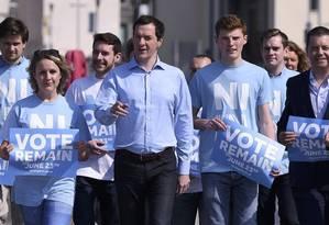 >Pela permanência.>O ministro das Finanças, George Osborne (centro), na Irlanda do Norte Foto: CLODAGH KILCOYNE / Reuters/5-6-2016