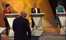 Boris Johnson (de costas) ouve críticas de Sadiq Khan (centro) em debate final Foto: Jeff Overs/BBC / REUTERS