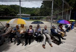 Apoiadores do referendo esperam para validar assinaturas em Caracas Foto: Fernando Llano / AP