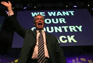 """Polêmica. Líder do Ukip, Nigel Farage faz comício em Gateshead, na Inglaterra: pôster do partido de extrema-direita sobre """"invasão de refugiados"""" causou mal-estar a aliados na campanha Foto: SCOTT HEPPELL / SCOTT HEPPELL/AFP"""