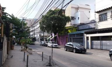 A fiação pendurada na Rua Mendes Tavares Foto: Leitora Daniela Vilela / Eu-Repórter