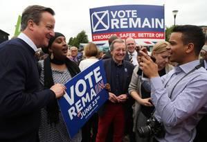Premier britânico, David Cameron, posa para foto depois de ato de campanha pela permanência do Reino Unido na UE em Bristol, no sudoeste do país Foto: GEOFF CADDICK / AFP