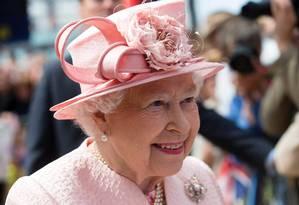 Rainha Elizabeth II cumprimenta britânicos em Liverpool Foto: JON SUPER / AFP