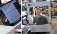 Mark Zuckerberg e seu computador com webcam e microfone bloqueados por fita adesiva