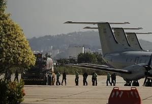 Bandidos embarcaram para presídios federais. Na foto, eles na Base Aérea do Galeão, na Ilha do Governador Foto: Gabriel de Paiva / Agência O Globo