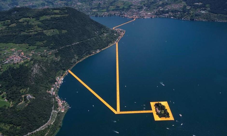 """Visão aérea de """"Píeres flutuantes"""", instalação do artista búlgaro Christo Vladmirov Javacheff, que avança sobre o Lago Iseo, no norte da Itália Foto: Filippo Venezia / AP"""