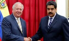 Diplomata americano Thomas Shannon e presidente Nicolás Maduro apertam mãos em Caracas Foto: CARLOS GARCIA RAWLINS / REUTERS