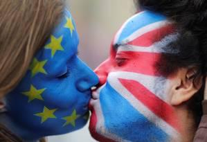 Casal se beija em apelo pela permanência do Reino Unido na UE Foto: HANNIBAL HANSCHKE / REUTERS