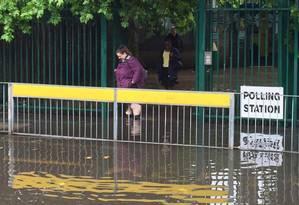 Eleitora britânica enfrenta alagamento em centro de votação de Londres Foto: Ben March / AP