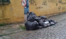 Leitor registrou acúmulo de lixo nas ruas de Itaboraí Foto: Foto de leitor