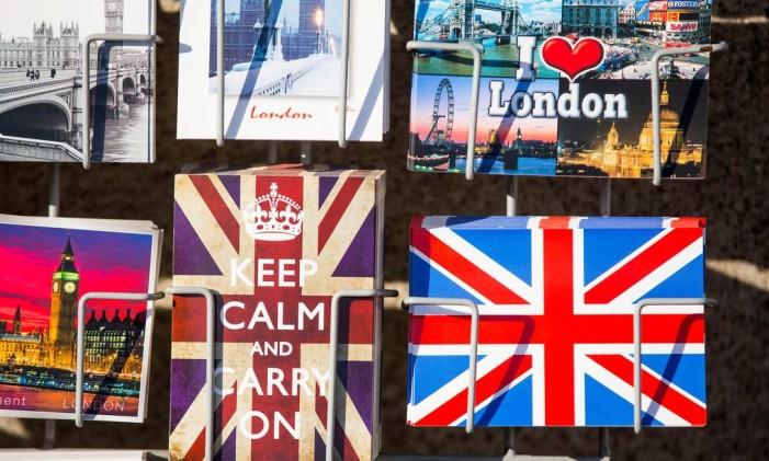 Cartões postais típicos do Reino Unido à venda em Londres. Brexit. Foto: Jason Alden/Bloomberg / Jason Alden/Bloomberg