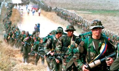 Rebeldes da Forças Armadas Revolucionárias da Colombia (FARC) na província de Caqueta em 1999 Foto: JOSE MIGUEL GOMEZ / REUTERS