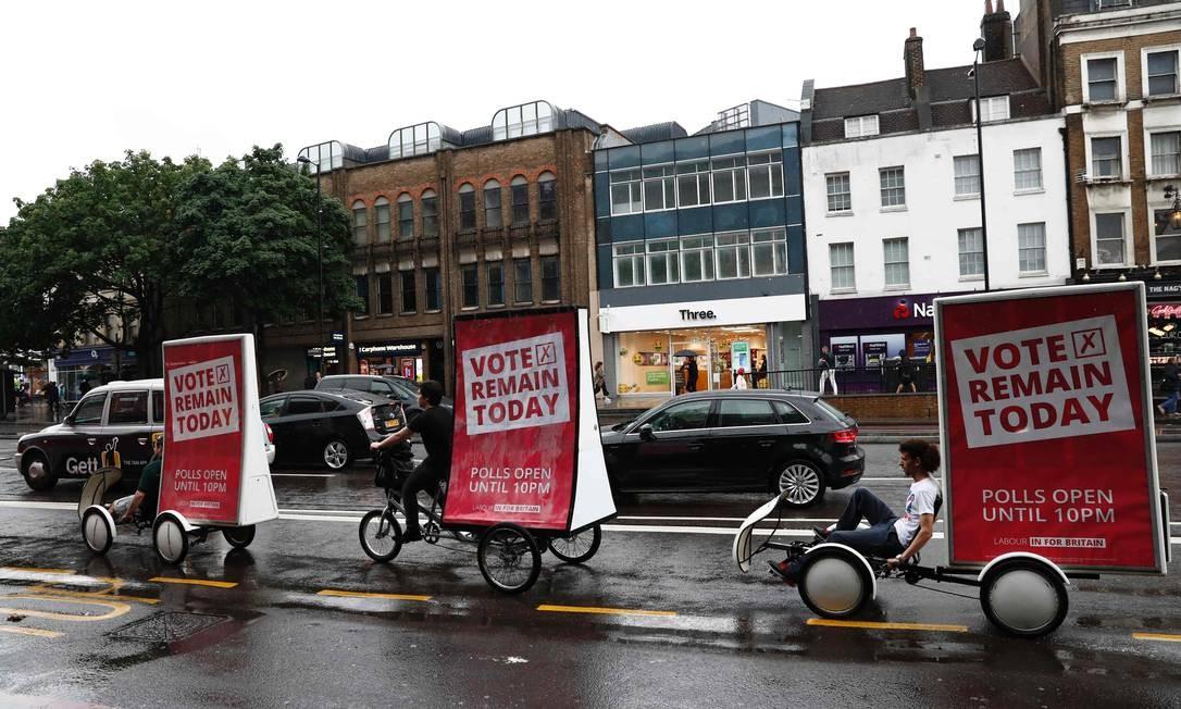 Apoiadores da permanência fazem campanha itinerante por Londres Foto: ODD ANDERSEN / AFP