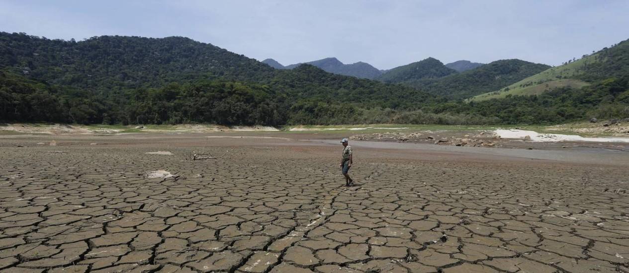 Represa da Petrobras em Saracuruna, no Rio: menor nivel de água de todos os tempos foi registrado em outubro do ano passado Foto: Domingos Peixoto/20-10-2015