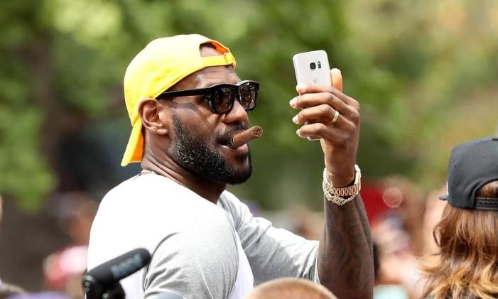LeBron James durante festa para o Cleveland após o título inédito na NBA Foto: Mike Lawrie / AFP