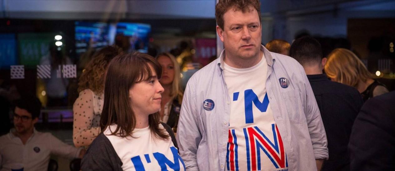 Apoiadores da campanha 'Mais fortes dentro da UE' mostram preocupação com resultados durante apuração Foto: ROB STOTHARD / AFP