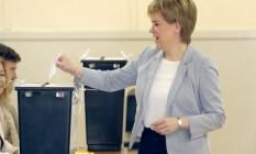 Nicola Sturgeon deposita seu voto em Glasgow Foto: Jane Barlow / AP