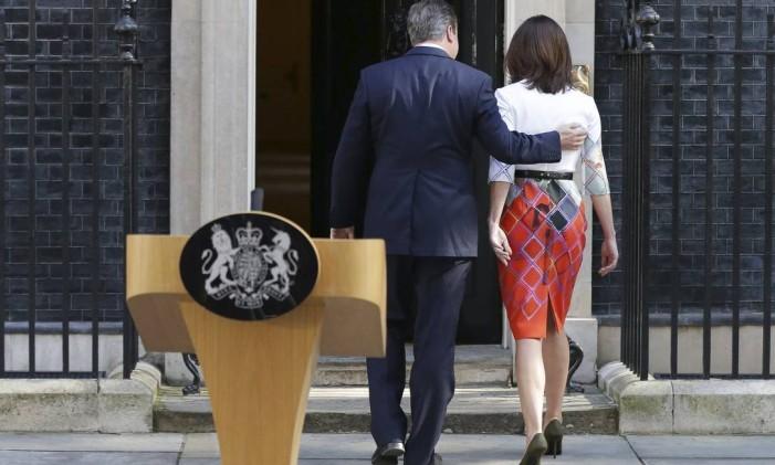 O primeiro-ministro britânico David Cameron abraça sua mulher Samantha após pronunciamento em Downing Street em que anunciou sua renúncia Foto: Daniel Leal-Olivas / AP