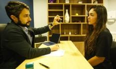 Francisco Tostes mostra o chip hormonal para a paciente Raquel Basílio Gonçalves Foto: Guilherme Leporace / Agência O Globo