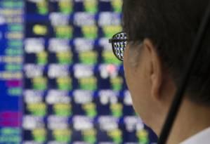 Painel em Tóquio exibe o desempenho dos mercados globais Foto: Tomohiro Ohsumi / Bloomberg