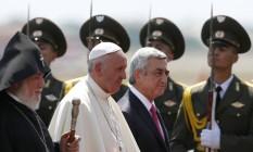 Papa Francisco ao lado do presidente Serzh Sargsyan e do líder da Igreja Ortodoxa, Karekin II Foto: Alexander Zemlianichenko / AP