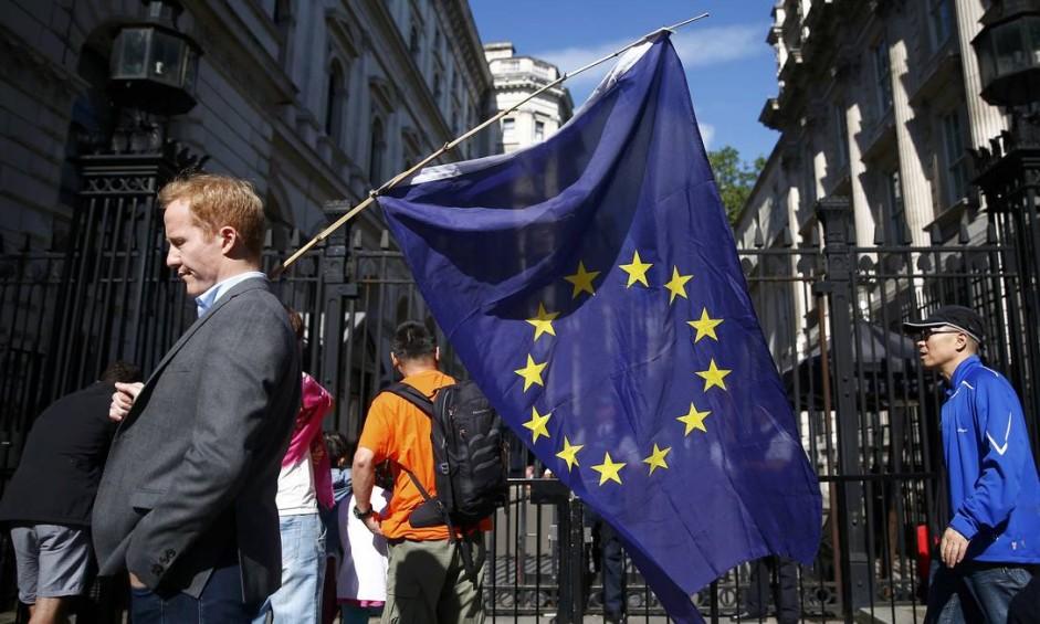 Em Londres, eleitor carrega a bandeira da União Europeia após referendo decidir pela saída do Reino Unido da União Europeia Foto: NEIL HALL / REUTERS