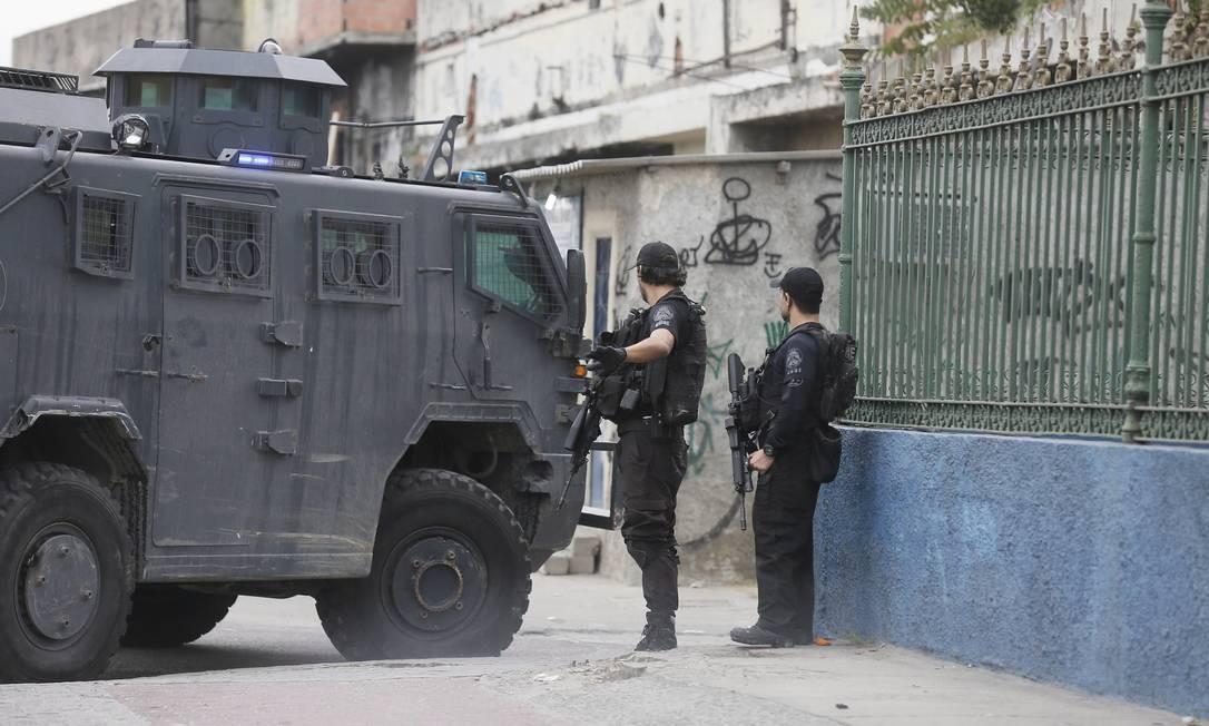 Veículo blindado é utilizado durante ação para encontrar o traficante Foto: Pablo Jacob / Agência O Globo