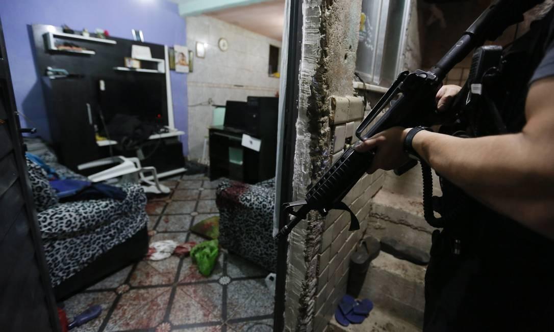 Uma das casas invadidas por bandidos em fuga. Um deles foi morto pela polícia Foto: Pablo Jacob / Agência O Globo