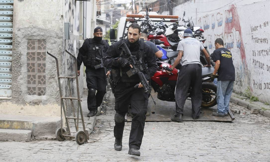 Motocicletas, carros, armas e drogas foram apreendidas na região Foto: Pablo Jacob / Agência O Globo