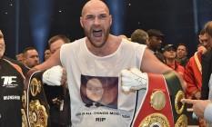 Tyson Fury exibe, em novembro de 2015, os cinturões conquistados após a vitória sobre Wladimir Klitschko: revanche entre ambos é adiada por lesão do campeão Foto: Martin Meissner / AP