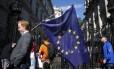 Em Londres, um homem carrega a bandeira da União Europeia depois de o Reino Unido votar pela saída do bloco