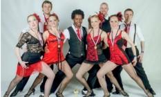 Emilson Bernardes se bailarinos da sua companhia de dança em Praga Foto: Divulgação