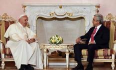 Para Francisco em reunião com o presidente Serzh Sargsyan Foto: Andrew Medichini / AP