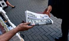 Jornais britânicos repercutem Brexit enquanto resultado do referendo surpreende em Londres Foto: LEON NEAL / AFP
