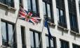 Bandeira do Reino Unido e bandeira da União Europeia em frente à representação do Reino Unido na UE, em Bruxelas