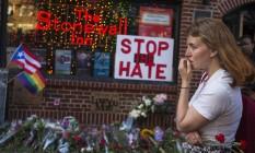 Homenagens em frente ao bar após atentado em Orlando Foto: Andres Kudacki / AP