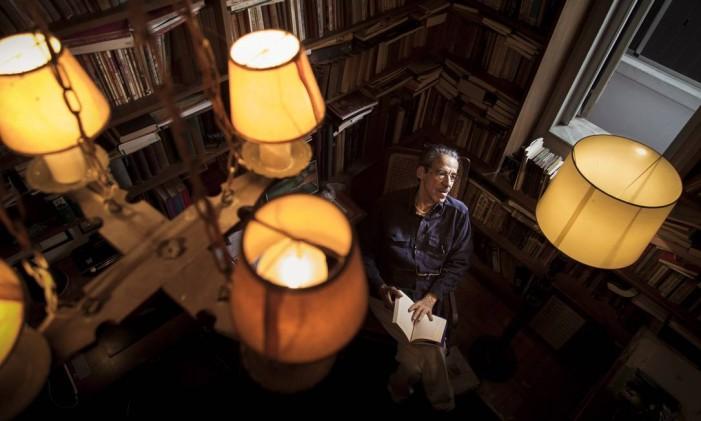 Armando em sua biblioteca: 'Ana só fez quatro livros, mas com eles construiu uma obra' Foto: Leo Martins / Agência O Globo