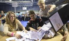 Jovens fazem contagem de votos em Glasgow, Escócia Foto: John Linton / AP