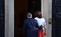 Dia seguinte. O premier Cameron e a mulher, Samantha, entram na residência oficial após ele anunciar a renúncia ao cargo, prevista para outubro Foto: BEN STANSALL / BEN STANSALL/AFP