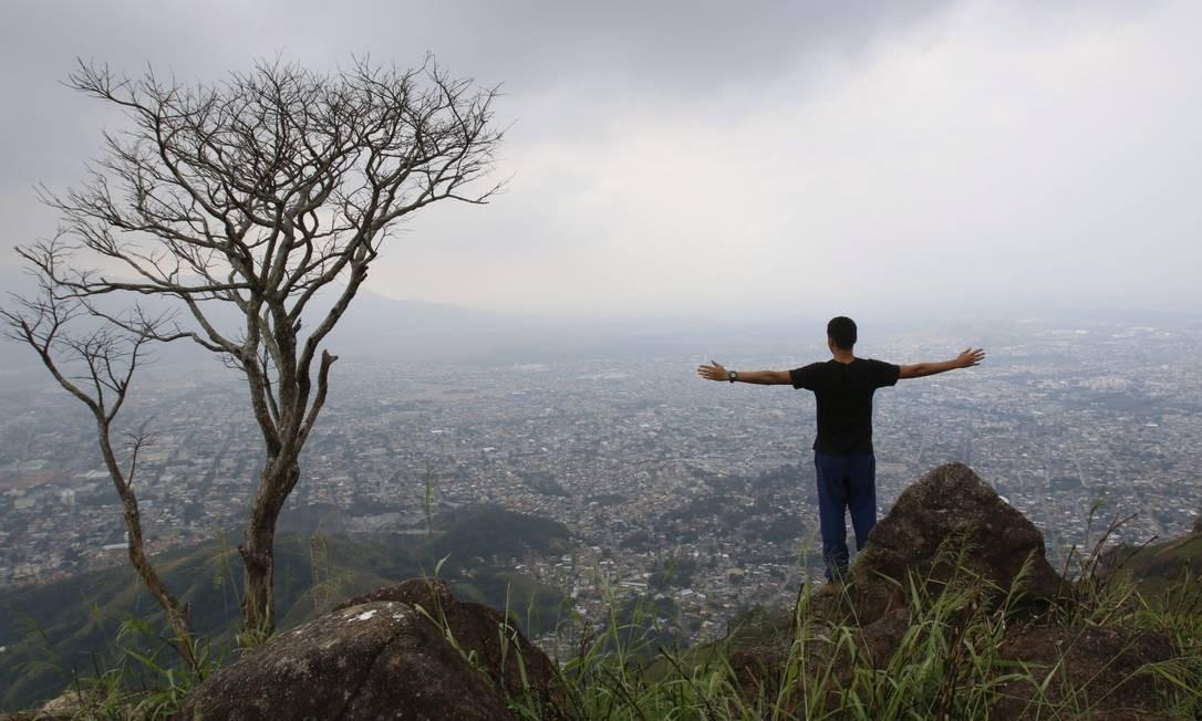 Trilheiro curte o visual da Zona Oeste, visto da Trilha da Pedra do Ponto Foto: Reginaldo Pimenta / Agência O Globo