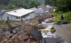 Morador observa cenário de deslizamento provocado após chuvas em Richwood Foto: Christian Tyler Randolph/Charleston Gazette-Mail / AP