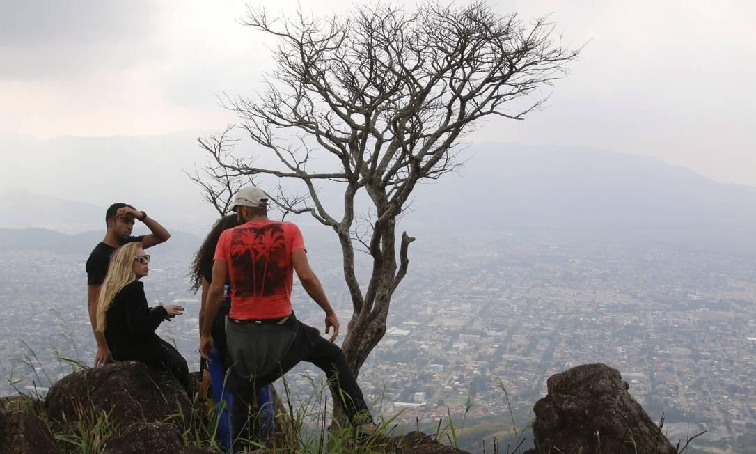 Visitantes e voluntários do grupo Fome de Trilha aproveitam a vista Foto: Reginaldo Pimenta / Agência O Globo