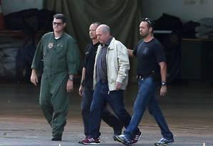 O ex-ministro Paulo Bernardo é levado por agentes da Polícia Federal Foto: Adriano Machado / Reuters / 23-6-2016
