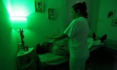 Na Fraterinidade Luz e Amor Incondicional (FLAI), os frequentadores são tratados gratuitamente através de terapias holísticas como a cura pelas mãos Foto: Custódio Coimbra